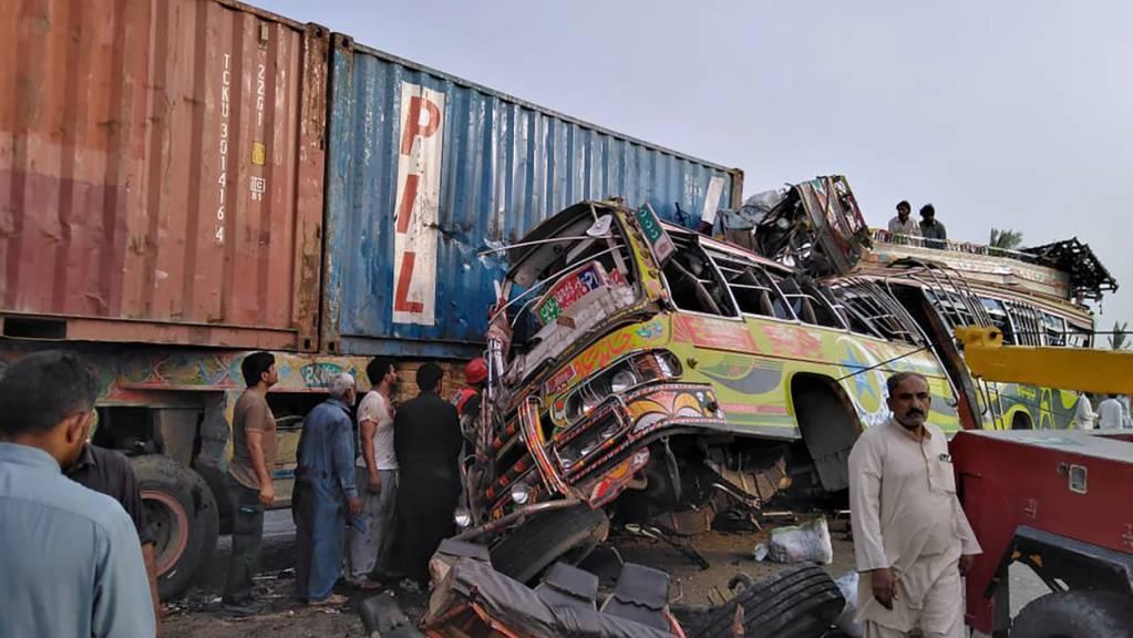 Der Bus, in dem sich Arbeiter befanden, die zu einem muslimischen Feiertag nach Hause reisten, rammte auf einer vielbefahrenen Autobahn in Zentralpakistan einen LKW und tötete und verletzte Dutzende, wie Polizei und Rettungskräfte mitteilten. Foto: Uncredited/Emergency Service Rescue 112/AP/dpa Foto: Uncredited/Emergency Service Rescue 112/AP/dpa - ACHTUNG: Nur zur redaktionellen Verwendung und nur mit vollständiger Nennung des vorstehenden Credits
