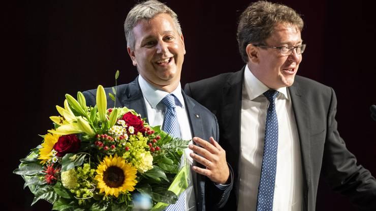 Blumen für den Neuen: Marco Chiesa (links) übernimmt das SVP-Präsidium von Albert Rösti.