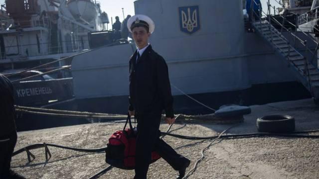 """Ein Crew-Mitglied der """"Chmelnitski"""" verlässt das Schiff"""