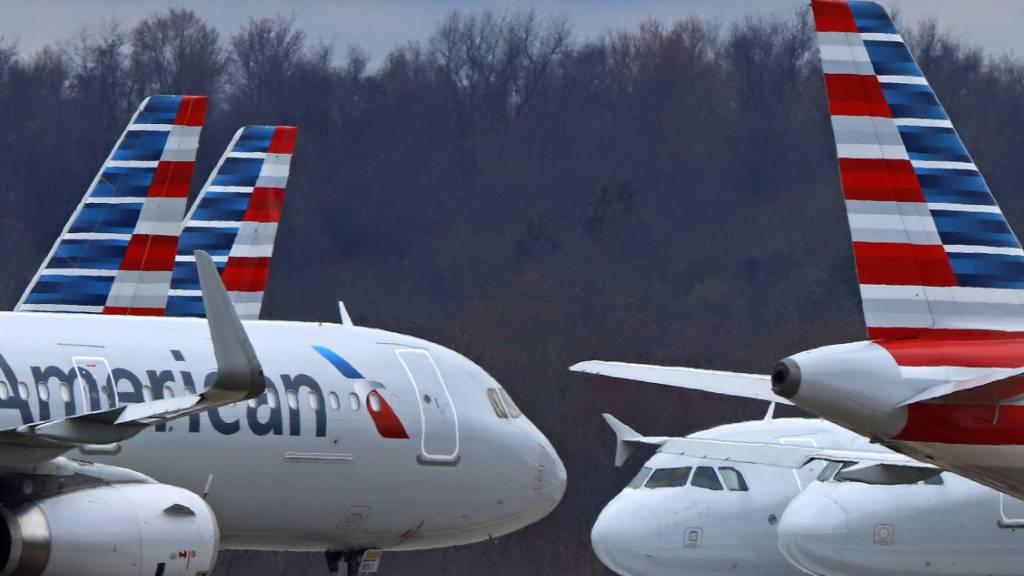 Die amerikanische Fluggesellschaft American Airlines will sich mit der Ausgabe von Wertpapieren weiteres Geld beschaffen. (Archivbild)