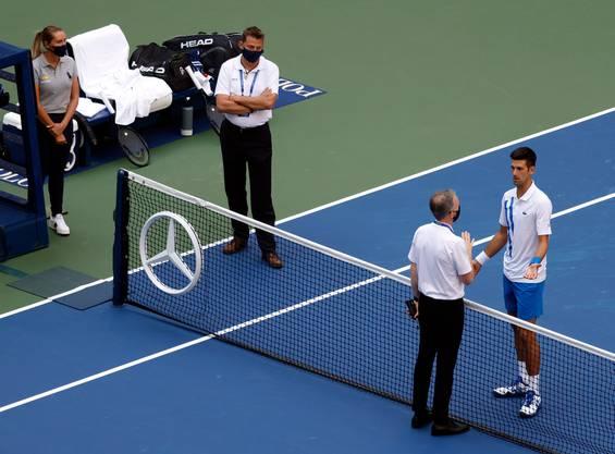 Novak Djokovic (rechts) bei der Disqualifikation an den US Open. Andreas Egli (links) ist als Supervisor in die Entscheidung gegen den serbischen Tennisspieler direkt involviert.