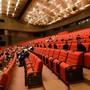 Das Andrej Bagar Theater belegt seine Sitze mit Pappfiguren, die Mund-Nasen-Schutz tragen. Foto: Henrich Miöovië/TASR/dpa