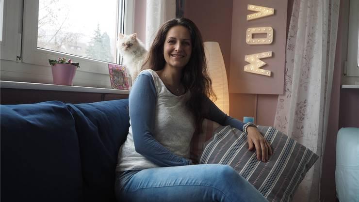 «Ein Riesengeschenk»: Nancy Holten und Kater Cristal im neu gestrichenen und eingerichteten Wohnzimmer. twe