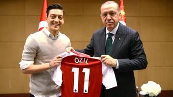 Stein des Anstosses: Der deutsche Nationalspieler Mesut Özil posiert mit dem türkischen Staatspräsidenten Recep Tayyip Erdogan.