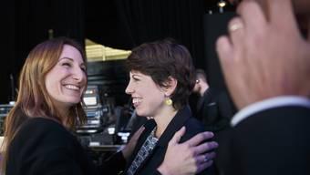 Die Grünen-Nationalrätinnen Adele Thorens (VD, l.) und Lisa Mazzone (GE) freuen sich über ihre Wiederwahl. Beide könnten auch noch den Sprung in den Ständerat schaffen.
