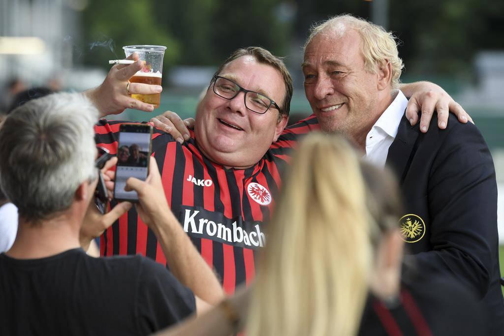 Der Präsident von Eintracht Frankfurt Peter Fischer posiert mit den Fans. (© Keystone)