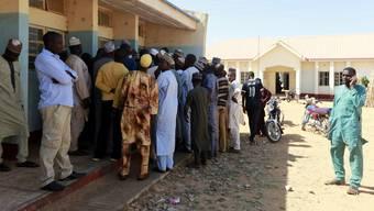 Banges Warten: Väter der entführten Knaben harren vor der Schule in Kankara aus.