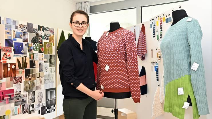 Selina Peyer im Atelier am Mühletalweg neben ihrem Modell Forget me dot; rechts das Modell Pleats please.