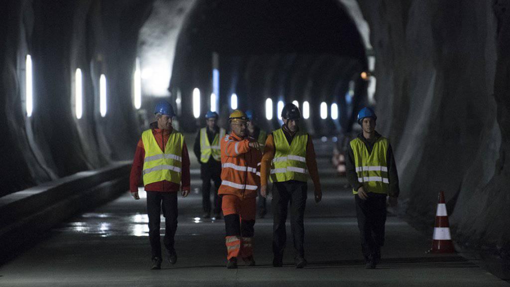 Bauarbeiter in der Rohbau-Röhre des Lötschbergtunnels: Ab 2029 könnten die Züge auch hier durchrollen.