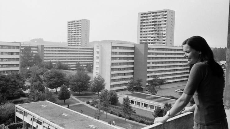 Menschen im Bild verschaffen den Gebäuden ein humaneres Antlitz: Sicht einer Bewohnerin auf die Grosssiedlung Tscharnergut in Bern 1975 (Ausschnitt).