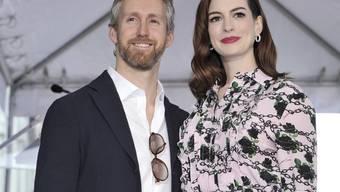 US-Schauspielerin Anne Hathaway (r.) und ihr Ehemann Adam Shulman freuen sich auf ihr zweites Kind. (Archivbild)
