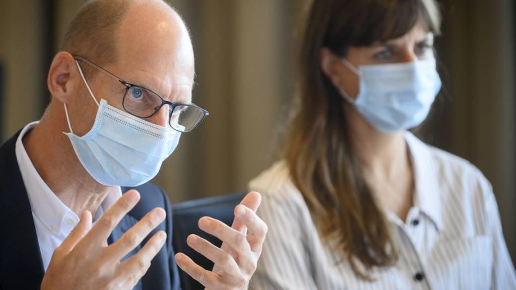 «Das Chuv arbeitet mit fast normaler Aktivität», sagt Philippe Eckert (l.), der Direktor des Universitätspitals in Lausanne. Nach Angaben von Gesundheitsdirektorin Rebecca Ruiz (r.) kommen die Spitäler mit einem möglichen neuen Zustrom von Patienten zurecht.