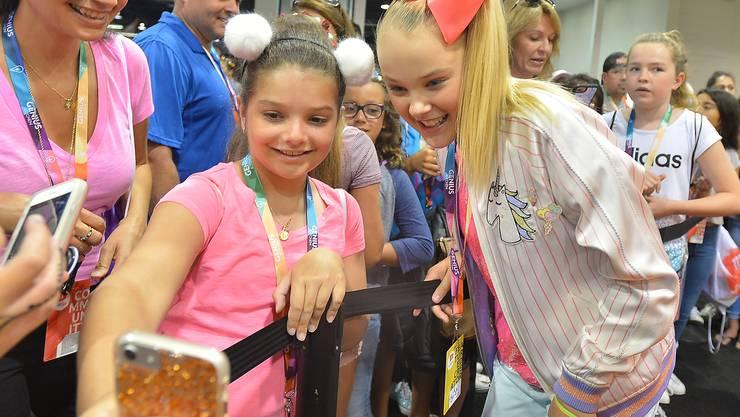 Der 14-jährige Nickelodeon Star JoJo Siwa posiert für Selfies mit jungen Fans.