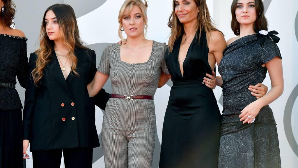 Die französische Filmemacherin Audrey Diwan (zweite von Links) bei der Premiere ihres Films «L'Evenement» am Filmfestival Venedig.