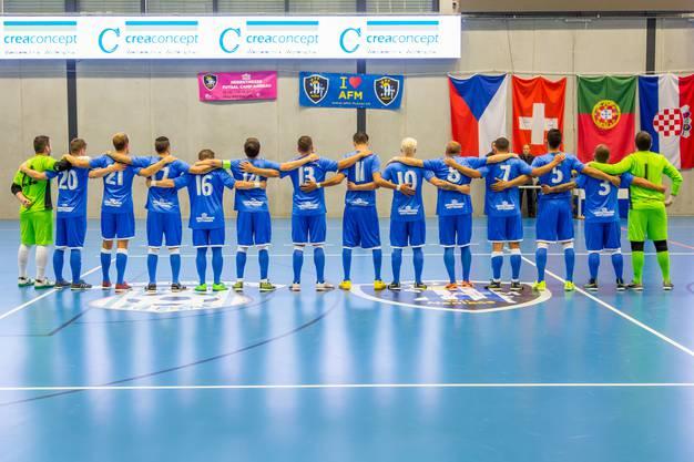 Die Futsal Maniacs aus Wettingen bei der Nationalhymne.