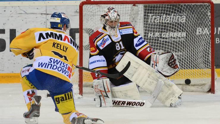 Basels Goalie Urban Leimbacher pariert den Schuss von Brent Kelly.