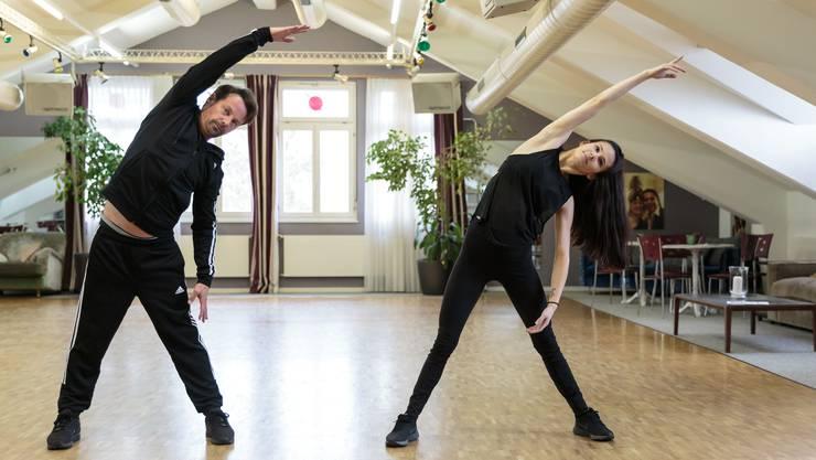 Vor dem Tanzen wärmen sich Florian Ast und Valery Reuser auf.