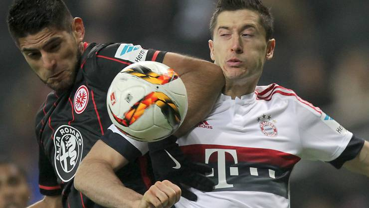 Kein Durchkommen für Bayerns Robert Lewandowski im Zweikampf gegen Frankfurts Carlos Zambrano.