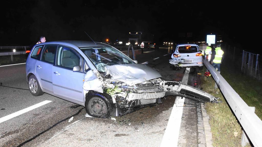 Drei Autos prallen ineinander – zwei Verletzte