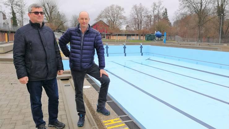 Daniel Käppeli (links), Leiter Unterhalt, und Badmeister Christof Hübscher vor dem neu sanierten Becken.