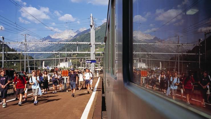 Jugendliche steigen in Airolo aus dem Zug.