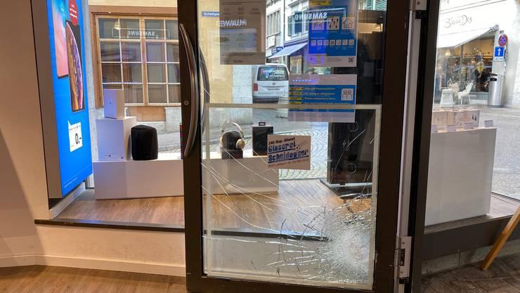 Zuerst haben es die Einbrecher wohl bei der Eingangstür versucht. Die gab aber nicht nach.