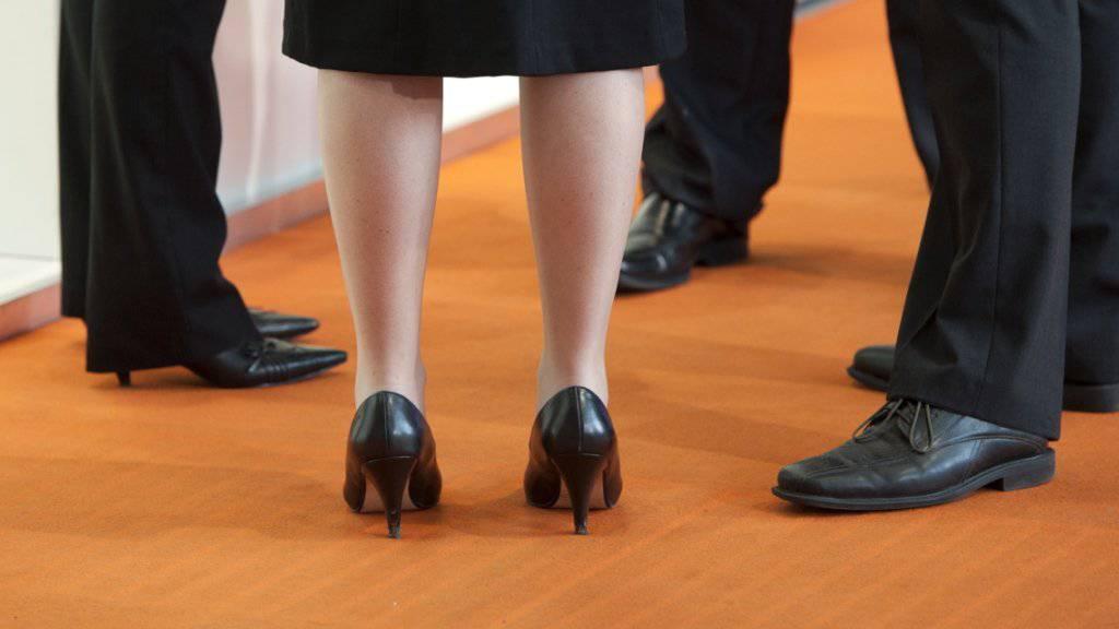Mit der Revision des Aktienrechts will der Bundesrat eine Frauenquote für Verwaltungsräte und Geschäftsleitungen grosser börsenkotierter Unternehmen einführen. (Archivbild)