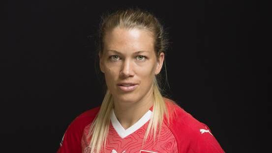 Nationalspielerin Lara Dickenmann wünscht sich, dass dem Frauenfussball mehr Respekt gezollt wird.
