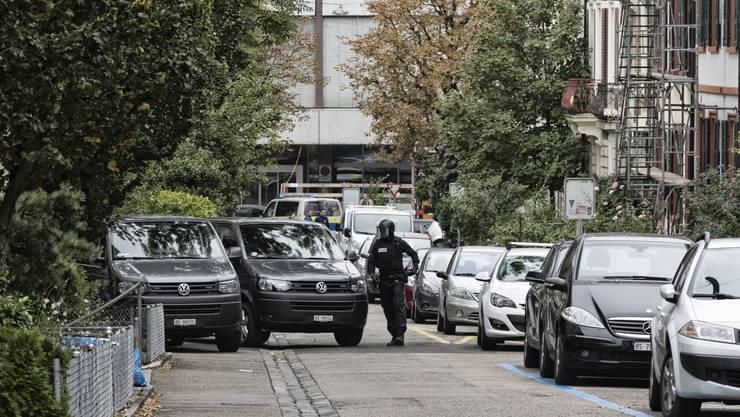 Die Polizei bei der Durchsuchung der König Faysal Moschee.
