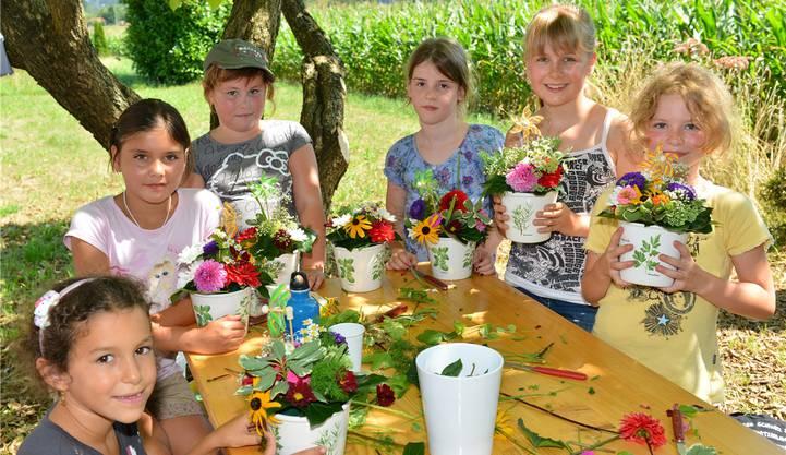 Aus bunten Sommerblumen wurden wunderschöne Gestecke hergestellt. Bruno Kissling