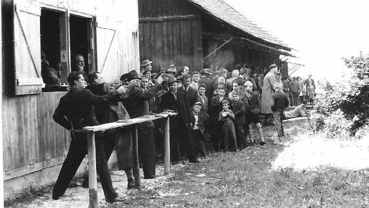 Am Feldschiessen im Jahr 1960 verfolgt viel Publikum das Geschehen beim Pistolenclub und bei den Militärschützen im Hintergrund.