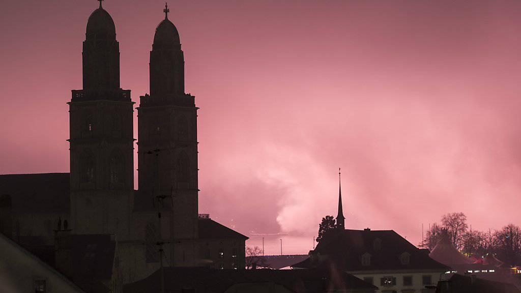 Wetterleuchten im Nebel statt Feuerwerk am Himmel beim letzten Jahreswechsel: Nun bereiten die Organisatoren des Zürcher Silvesterzaubers eine Schlechtwetter-Variante mit tiefer fliegende Raketen vor. (Archivbild)