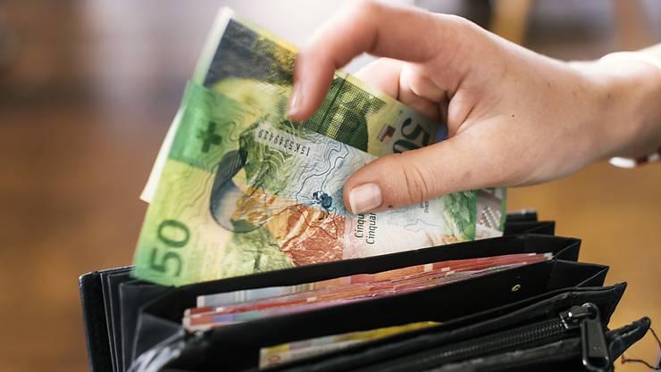Den Angestellten der Schweiz blieb im vergangenen Jahr 1,1 Prozent mehr im Portemonnaie. Die Löhne stiegen um 0,7 Prozent. (Symbolbild)
