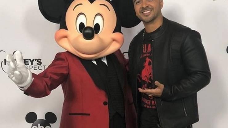 Der Reggeaton-Sänger Luis Fonsi hat Micky Mouse mit einem Ständchen zum 90. Geburtstag gratuliert; auf der Bühne in Los Angeles tanzte er mit Mickey- und Minni-Figuren.