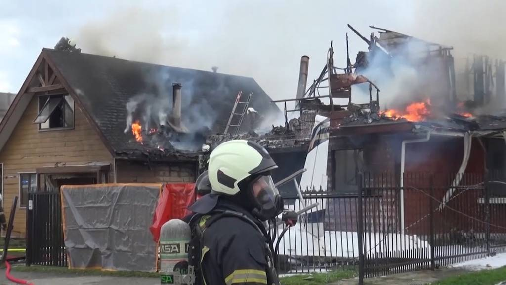 Flugzeug stürzt in Chile auf Haus - sechs Tote