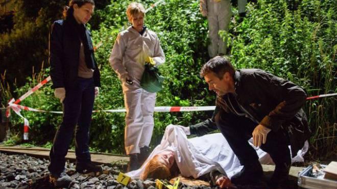 Kommissarin Liz Ritschard (Delia Mayer), Kriminaltechnikerin Yvonne Veitli (Sabina Schneebeli) und Kommissar Reto Flückiger (Stefan Gubser) am Tatort. Foto: SRF
