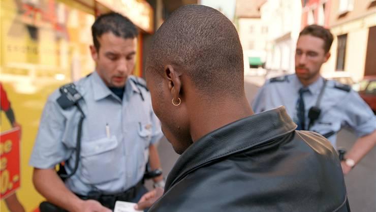 Für Sans-Papiers ein Problem: Personenkontrolle der Stadtpolizei Zürich.