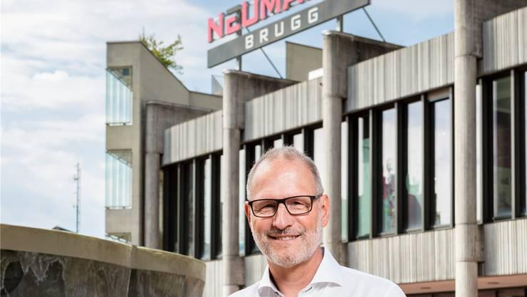 «Der Brunnen sollte entfernt werden», sagt Marcel Aebi, Teamleiter Bewirtschaftung Geschäftshäuser bei der Privera AG, auf dem Neumarktplatz.