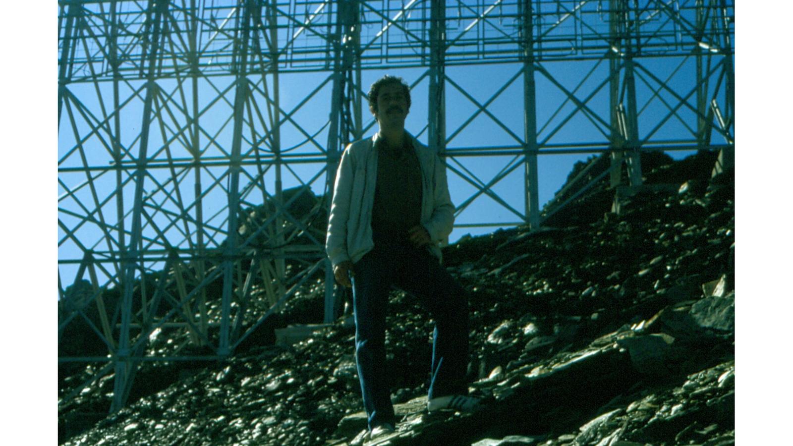 Roger Schawinski auf dem Pizzo Groppera, im Hintergrund die UKW-Antenne, ca. Herbst 1981 (© zVg)