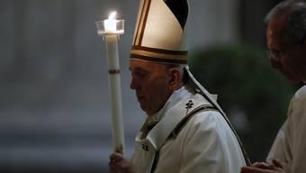 Mit einer Abendmesse hat Papst Franziskus am Samstag das Osterfest eröffnet. Beim Gottesdienst im riesigen Petersdom, der Zehntausende Besucher fasst, waren nur wenige Würdenträger und Gläubige dabei.