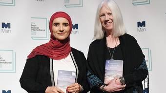 Die Schriftstellerin Jokha al-Harthi aus dem Sultanat Oman (links) und ihre Englisch-Übersetzerin Marilyn Booth (rechts) haben am Dienstag den diesjährigen Internationalen Man Booker Preis gewonnen.