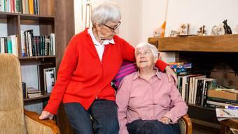 Zum Tag für pflegende und betreuende Angehörige: Margrith Hasler (roter Pulli) aus Oberengstringen betreut ihre Partnerin Erika Egli, die an Demenz erkrankt ist.
