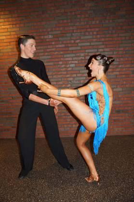 Caspar und Josephine Knudtzon machen Stretchübung vor dem Turnier (Bild ub)