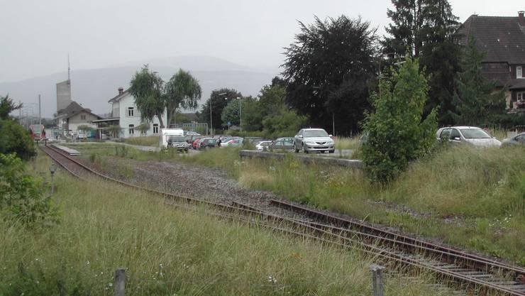 Baugesuch: Die Rampe beim Bahnhof soll neuen, kostenpflichtigen Parkplätzen weichen. (Bild: sl)