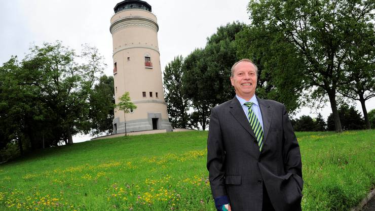 Christophe Haller vor dem  Bruderholz-Wahrzeichen Wasserturm
