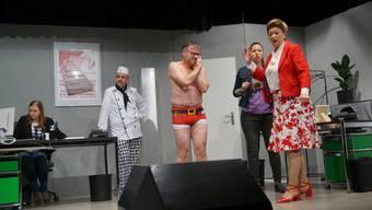 Szene aus der Premieren-Vorstellung der Spielbühne Urdorf. Bildmitte: Schauspieler Thomas Senn, spielt hier den verzweifelten Bernhard Ryser.