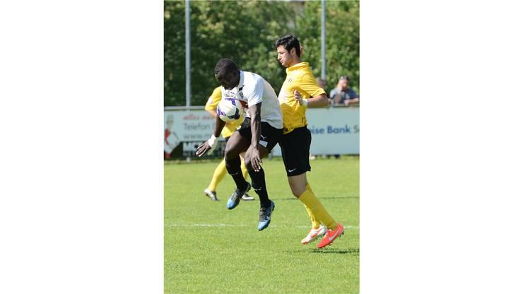 Laufens Ndiaye Ousmane (l.) im Zweikampf um den Ball gegen Dornachs Vahit Gürbüz.