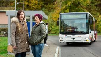 Elvira Rumo (l.) und Bettina Sültmann sehen bei der Linie 5 der RVBW Handlungsbedarf.