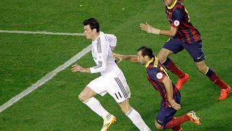 Reals Matchwinner Gareth Bale vorbei an Mascherano und Busquets