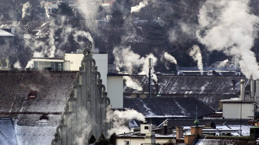 Die Schweiz soll ihren CO2-Aussstoss senken. Anders als der Nationalrat befürwortet die Umweltkommission des Ständerates Massnahmen im Inland. (Symbolbild)